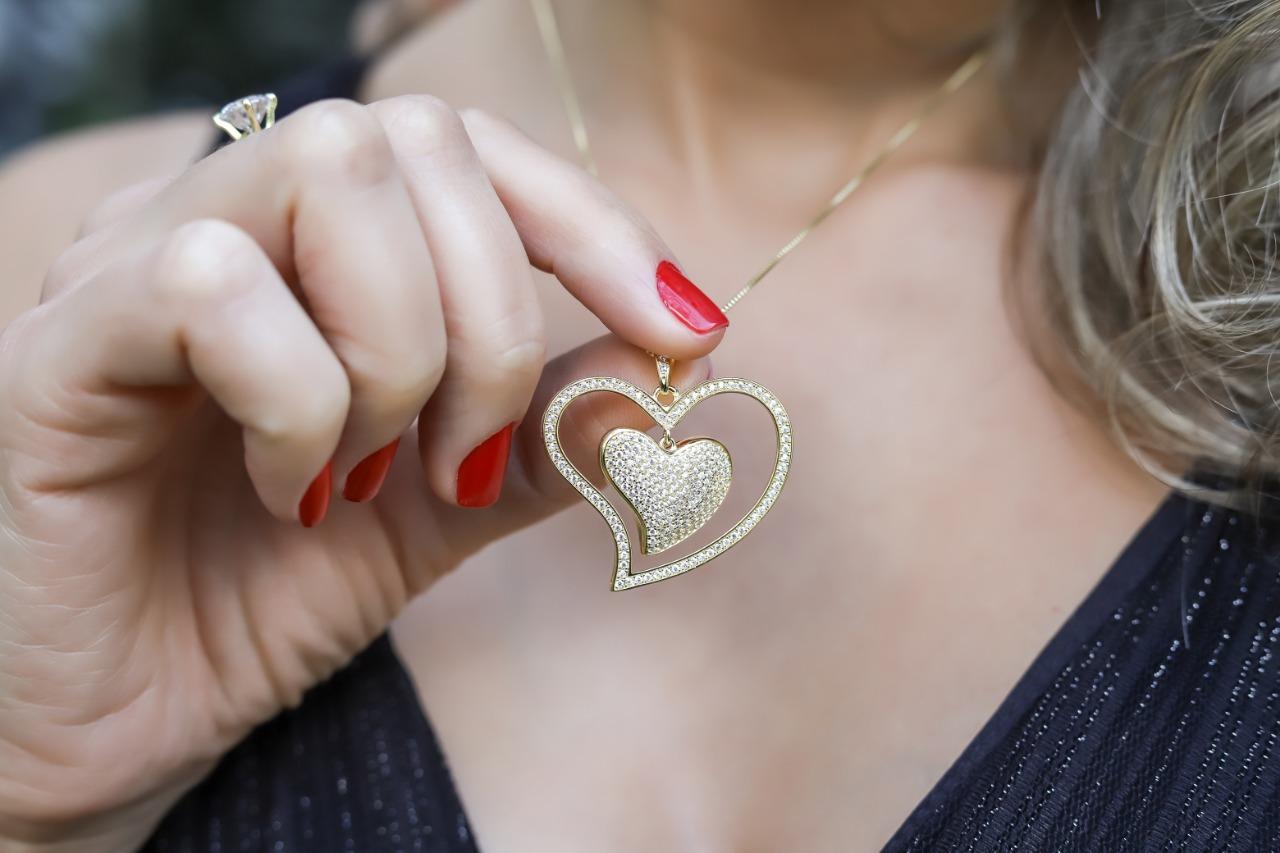 Colar coração duplo com zircônias cravejadas folheado a ouro 18K