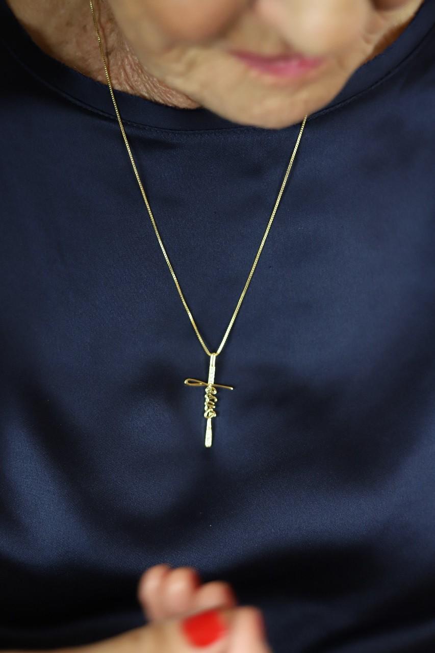Colar Jesus em formato de crucifixo com zircônias cravejadas folheado a ouro 18K