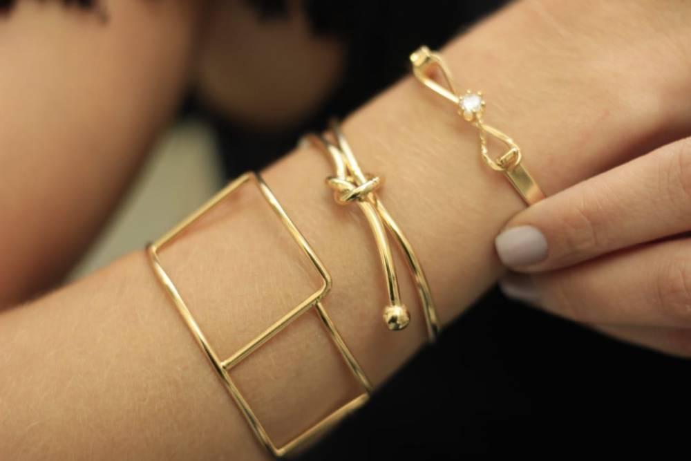 Pulseira Bracelete Laço com Detalhe em Cristal Folheada a Ouro 18K
