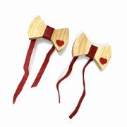 Jogo c/2 Gravatinhas/Lacinhos Para Guardanapos em madeira de reflorestamento c/ Couro Vermelho, 7 cm