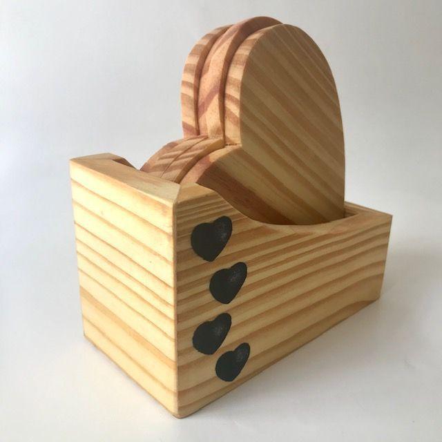 Jogo com 4 porta canecas Hearts e suporte em madeira, black hearts