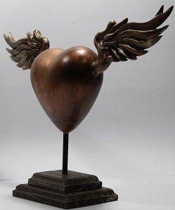 Estátua Coração Alado Artesanal - Base Madeira
