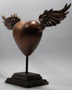 Estátua Coração Alado Artesanal - Base Madeira  - Onda do Pet