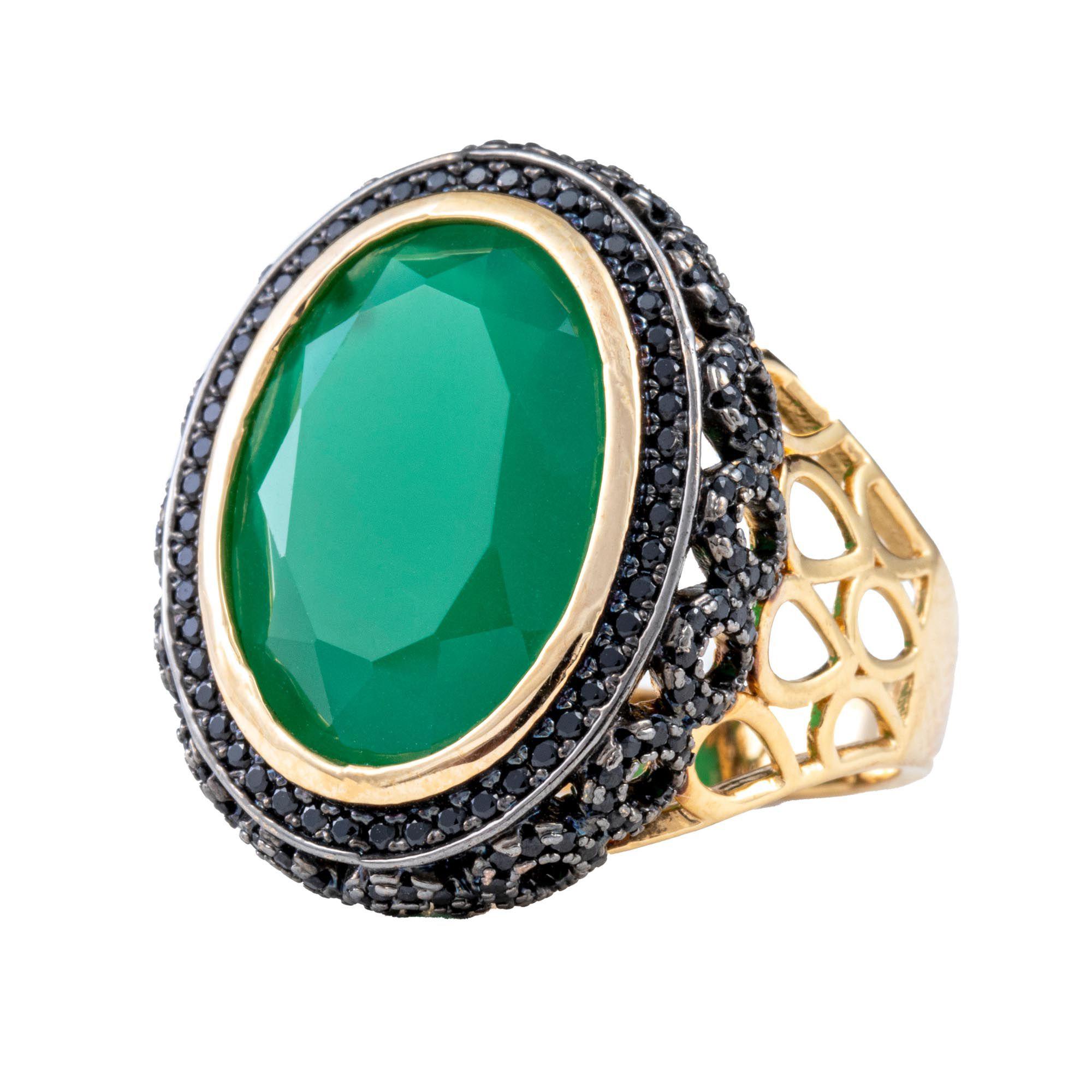 Anel Milão, com Jade verde, cravejado no diamonic negro, folheado no ouro 18k.