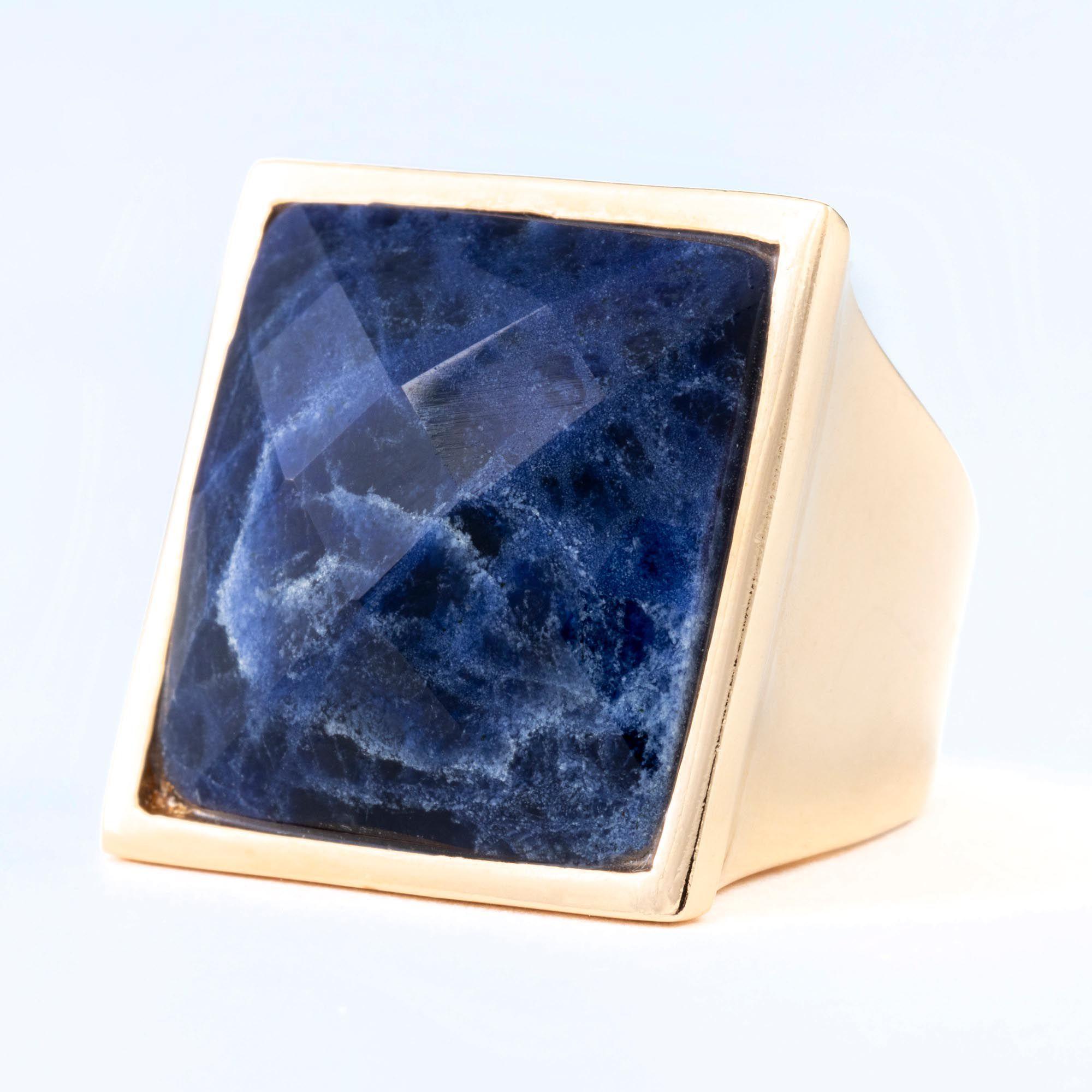Anel Quebec, com pedra Sodalita, folheado no ouro 18k.