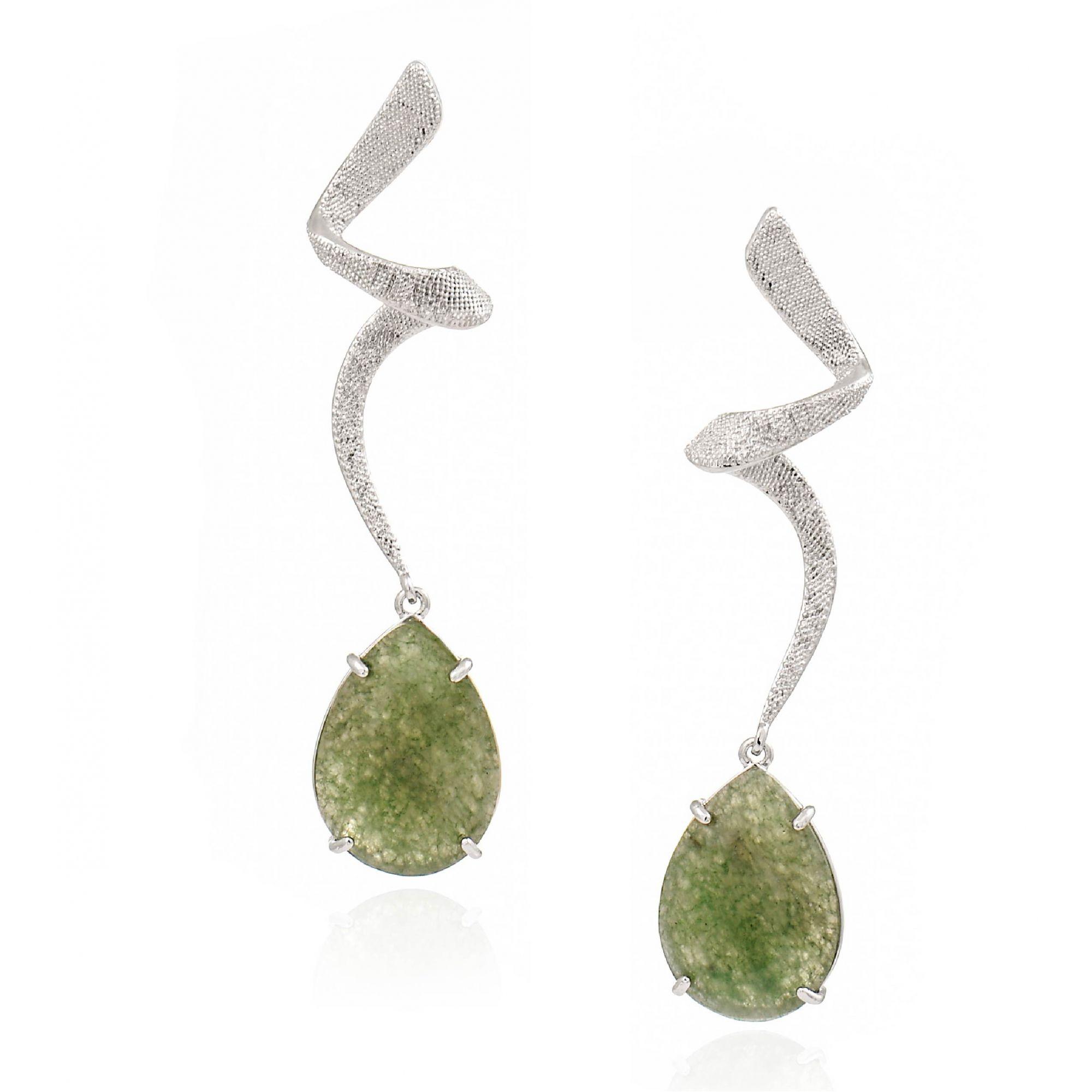 Brinco Alexia, com pedra natural aventurina verde, folheado no ródio branco.