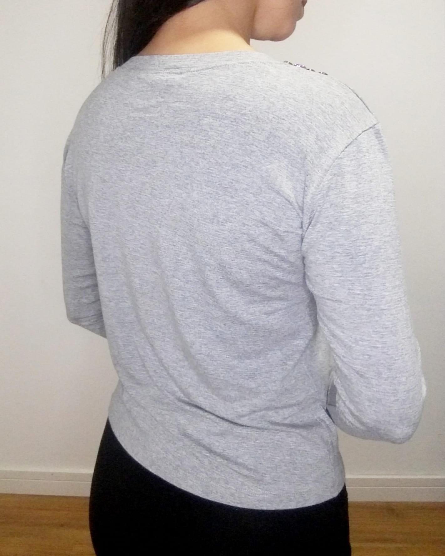 Blusa bordada com pedrarias