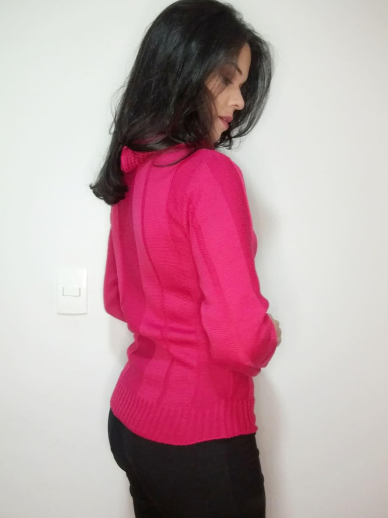 Blusa tricô gola azul e pink