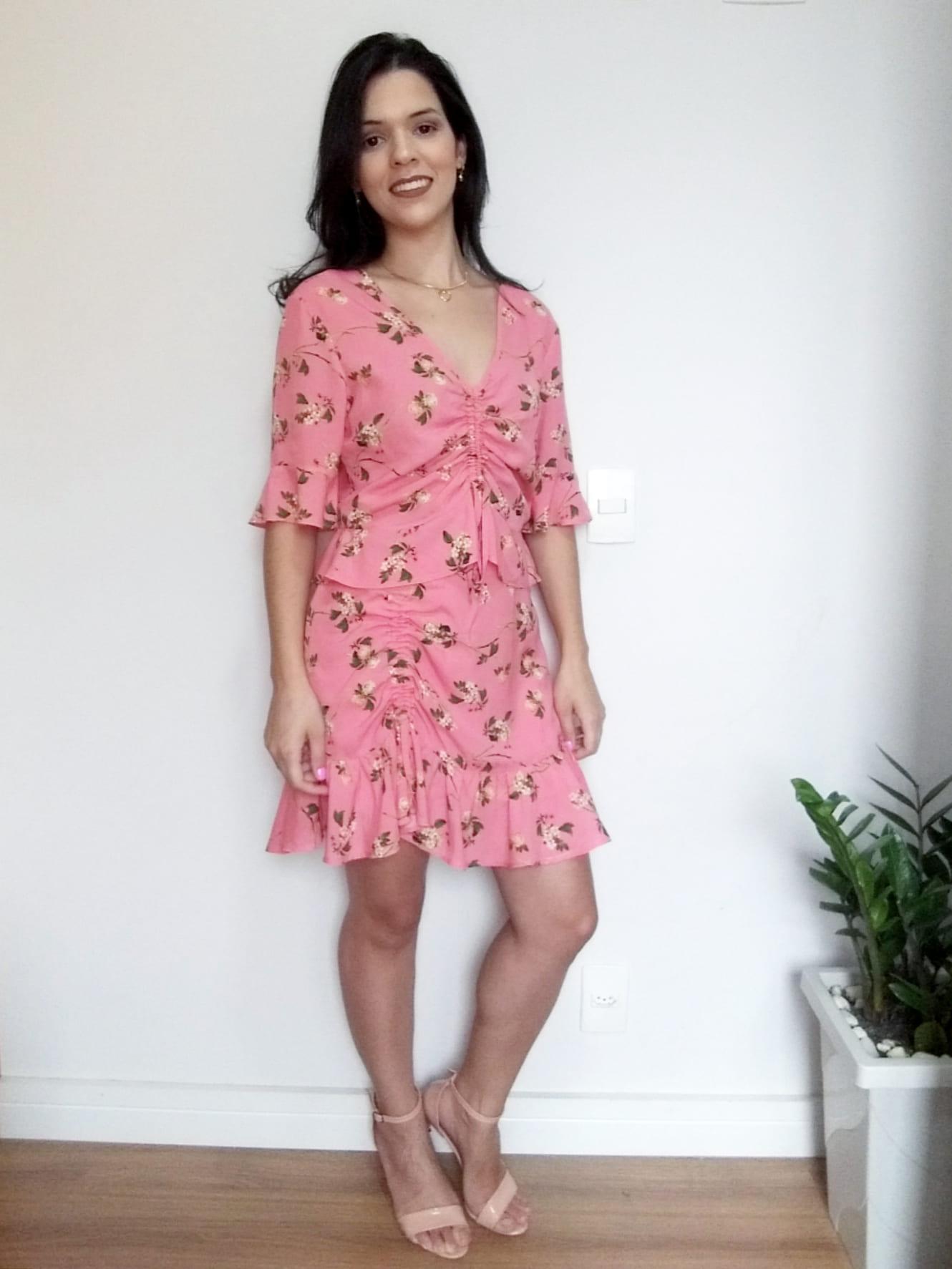 Conjunto saia e cropped floral rosa e creme
