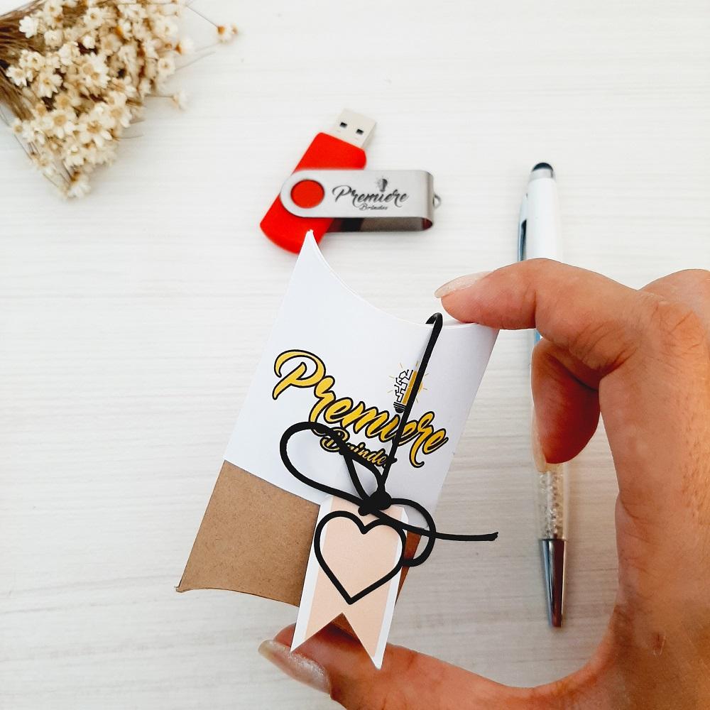 Kit pen drive + caixa almofada c/ tag personalizados (MINIMO 5 PEÇAS)  - Premiere Brindes