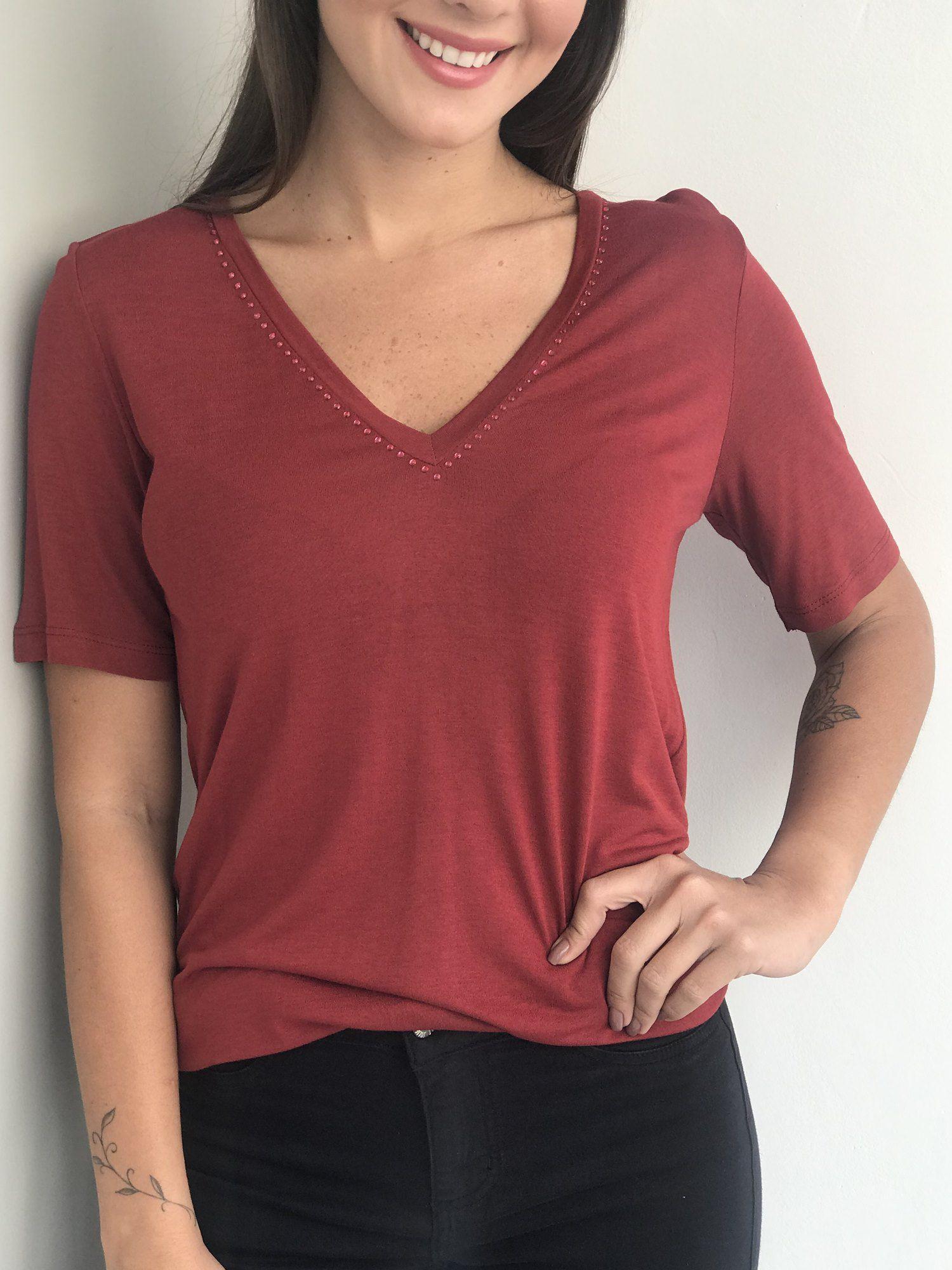 T-Shirt Decote V com Brilhos
