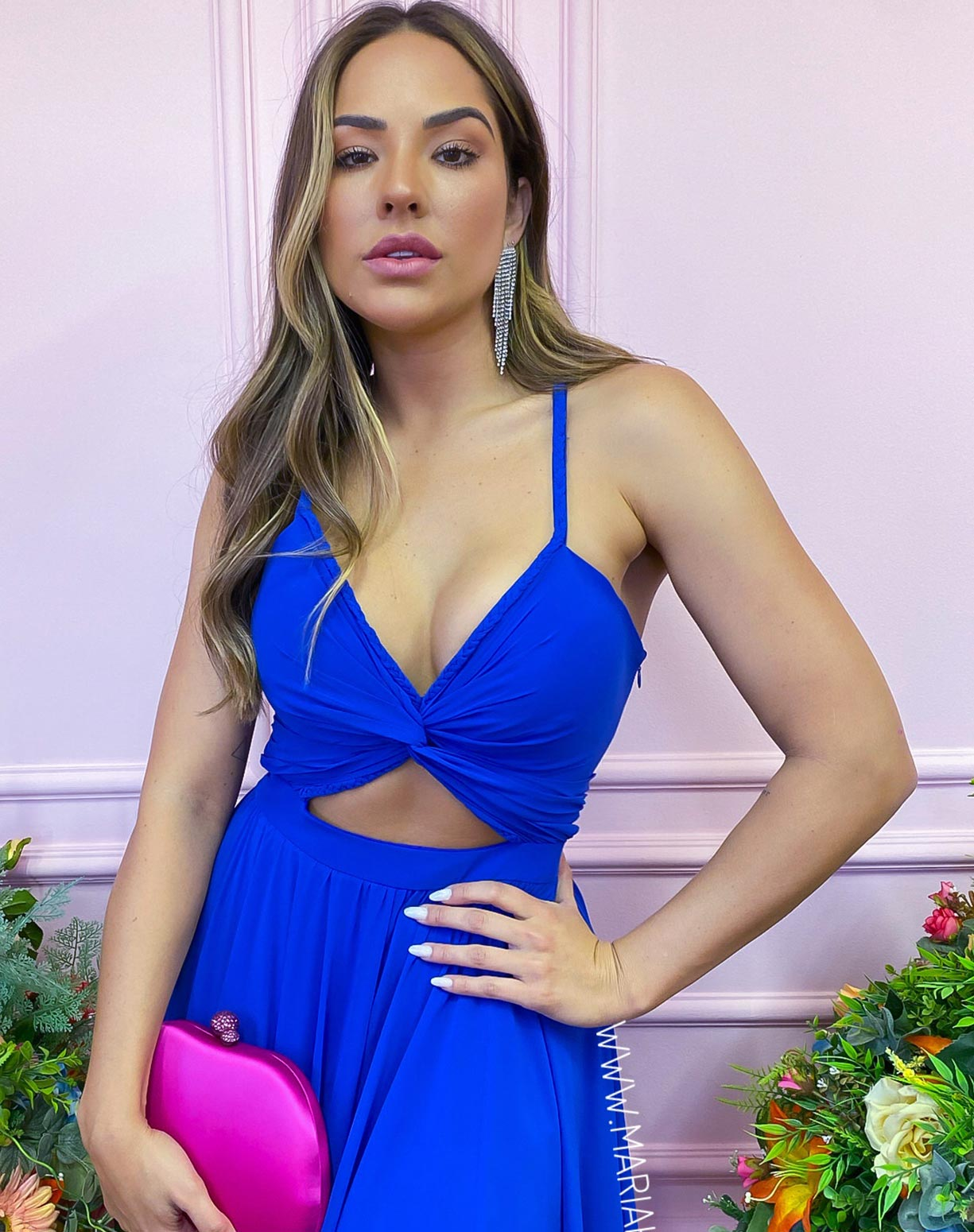 Vestido Azul Royal com Detalhes em Macramê e Decote na Cintura