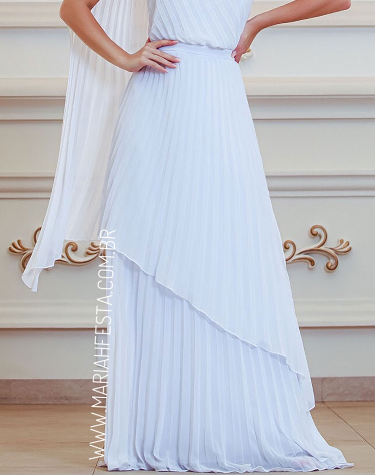 Vestido Branco e Plissado de Um Ombro Só Com Capa Voal