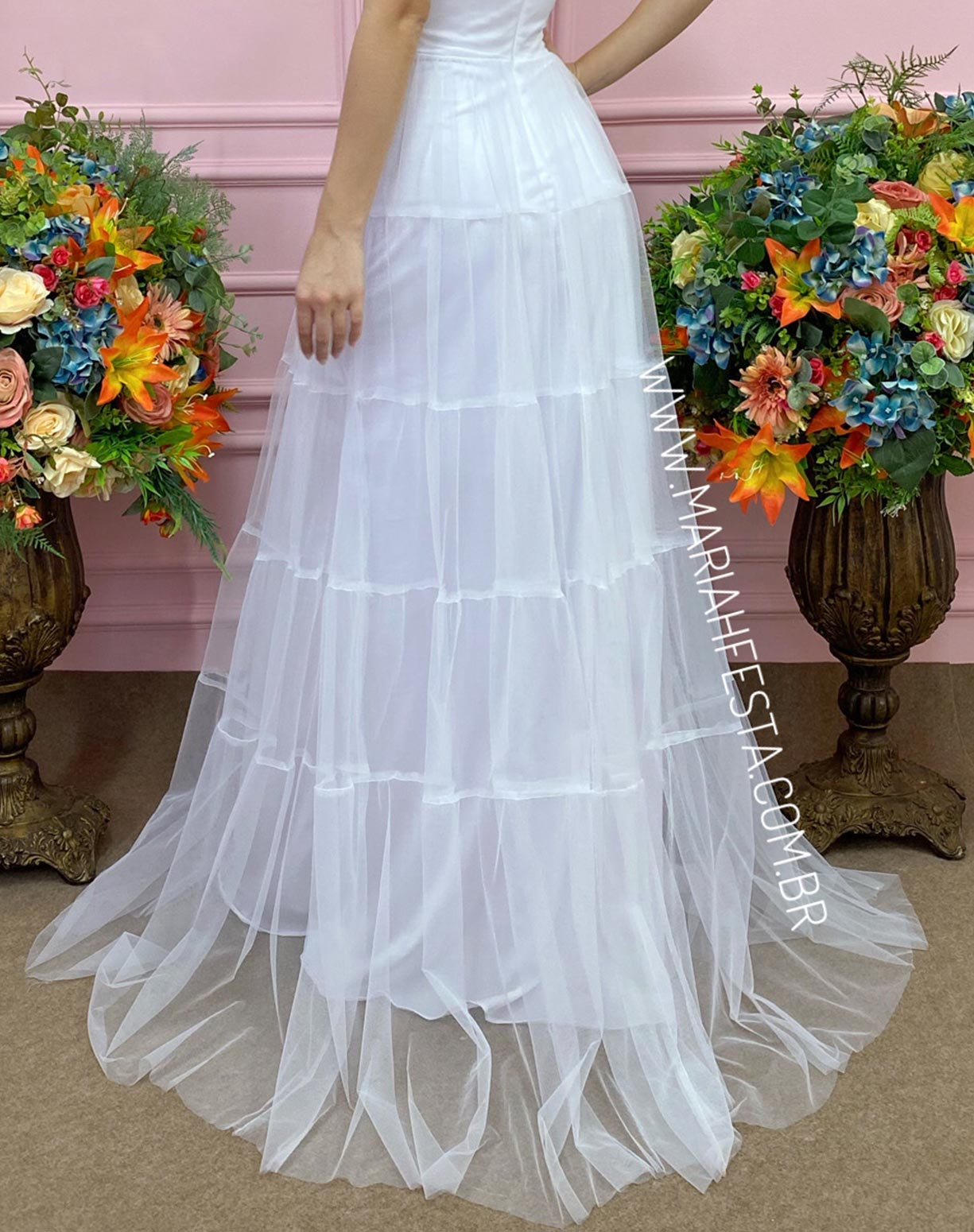 Vestido Branco Frente Única com Gola Jabô
