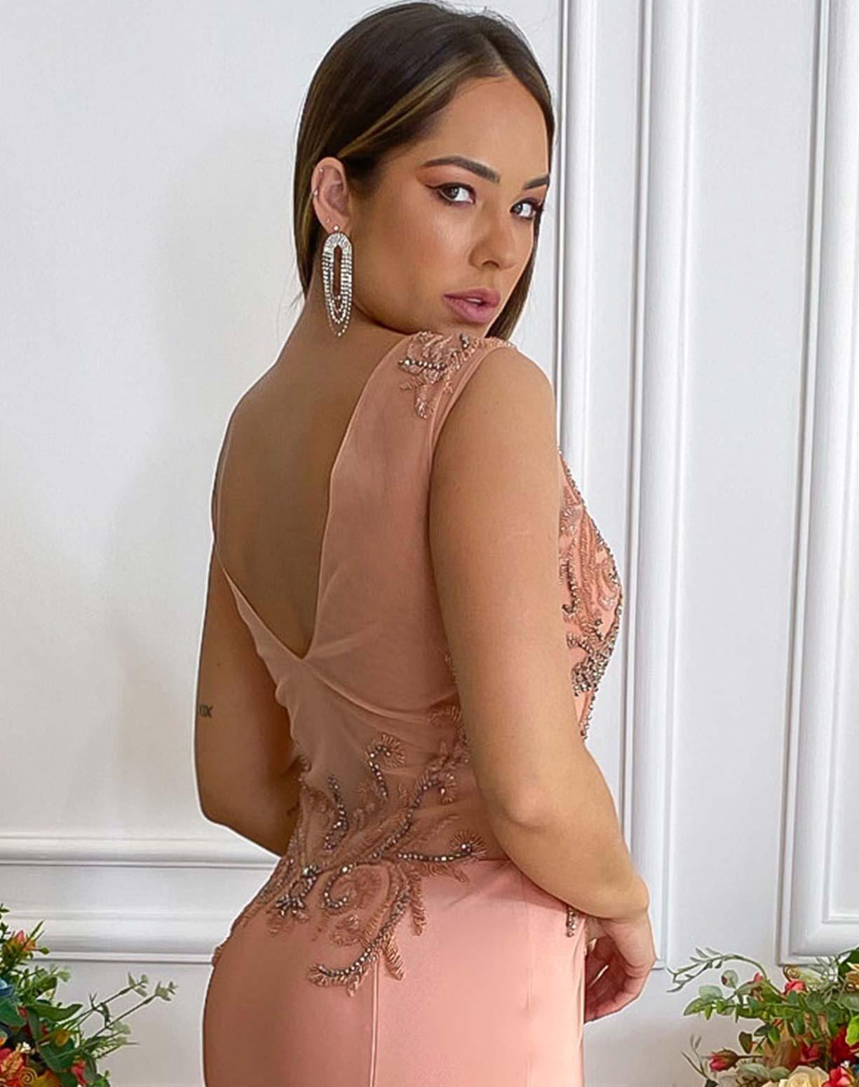 Vestido Nude Rosado Sereia com Bordados no Corpo e Decote em Transparência nas Costas