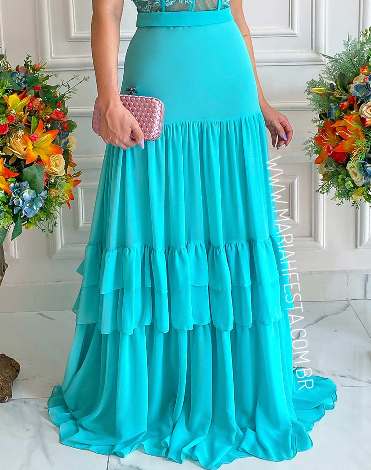 Vestido Tiffany com Corpo em Renda e Saia com Camadas