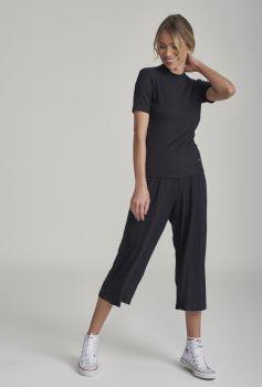 Pijama Manga Curta com Calça Midi Preto