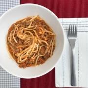 Espaguete de pupunha com molho de tomate e carne moída