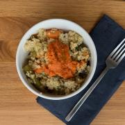 Risoto de quinoa com legumes e pesto de pimentão + 1 acompanhamento