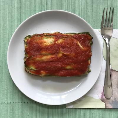 Abobrinha em camadas com carne moída e molho de tomate