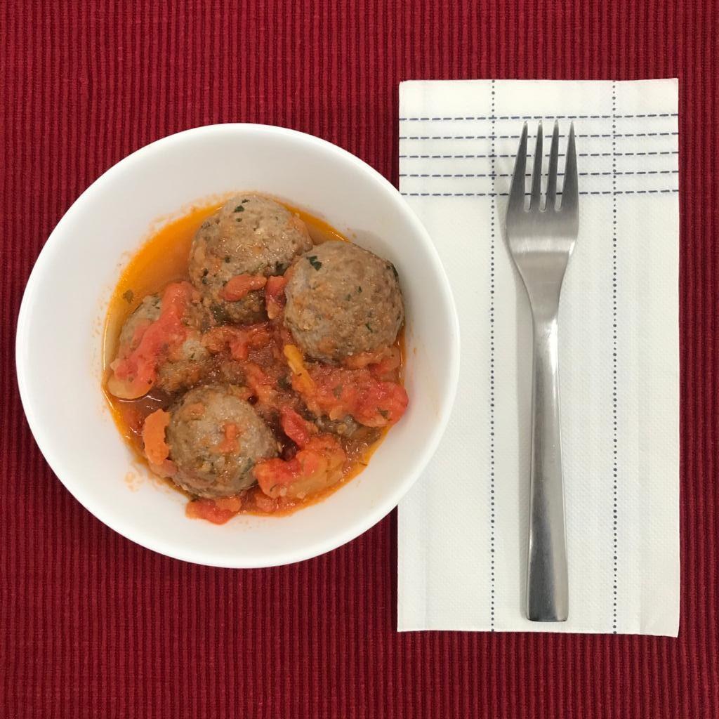 Almôndegas ao molho de tomate + 1 acompanhamento