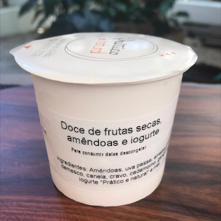 Doce frutas secas com amêndoas e iogurte