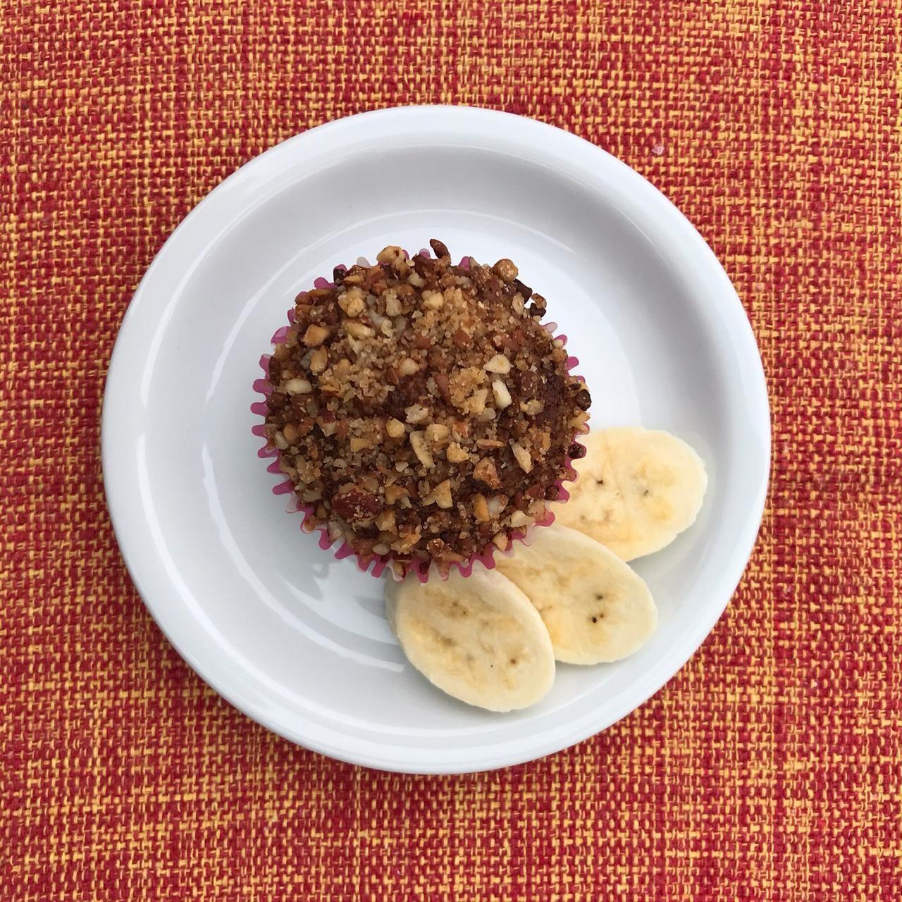 Mini bolo de banana com crosta de castanhas