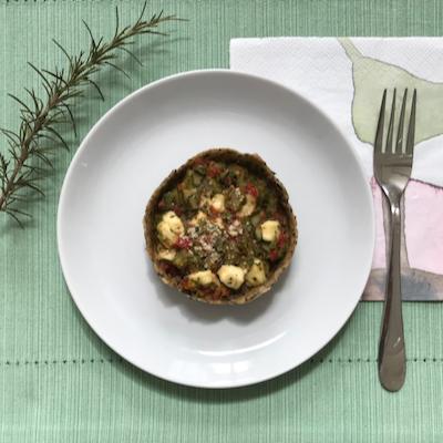 Torta integral com alho poró, queijo fresco e tomate