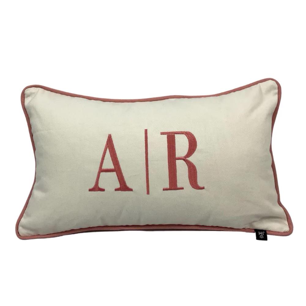 Capa para Almofada Bordada com Iniciais dos Nomes - Capa Bege e Bordado Rosa 30 x 50 cm