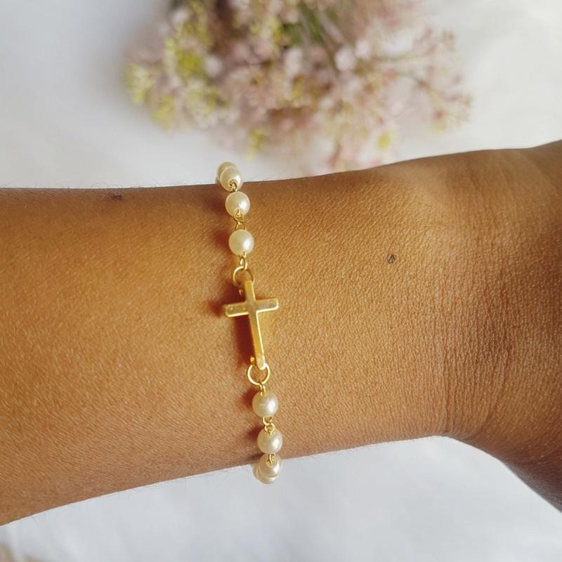 Pulseira com pérola e cruz banhado em ouro 18k