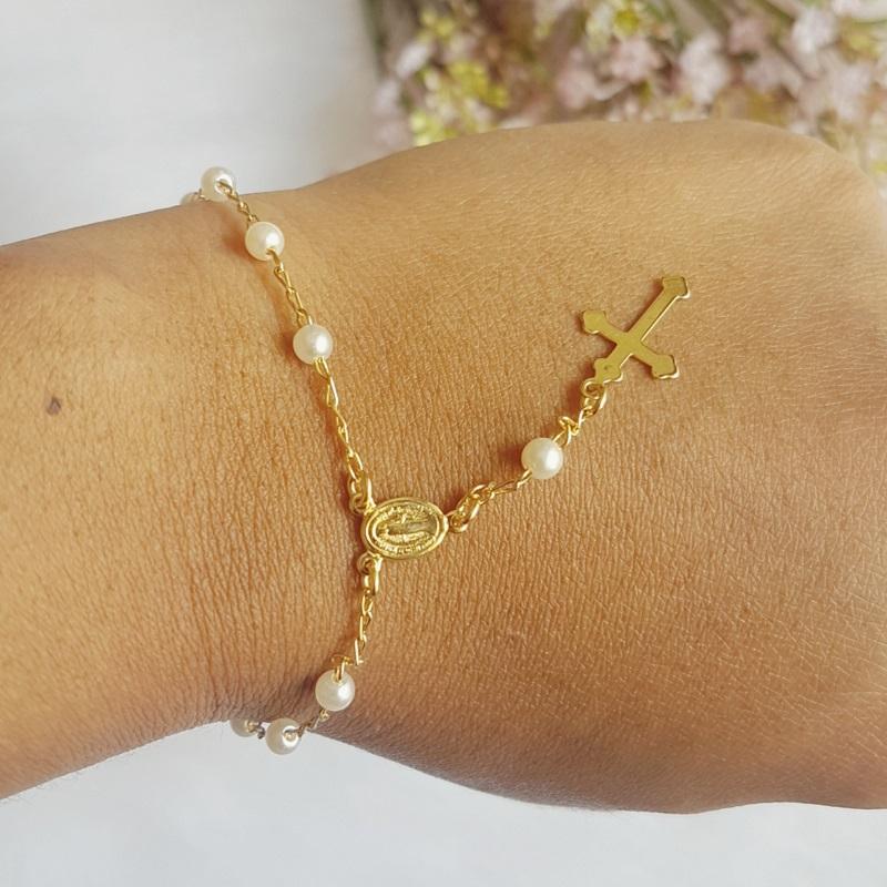Pulseira cruz com pérolas banhados em ouro 18k