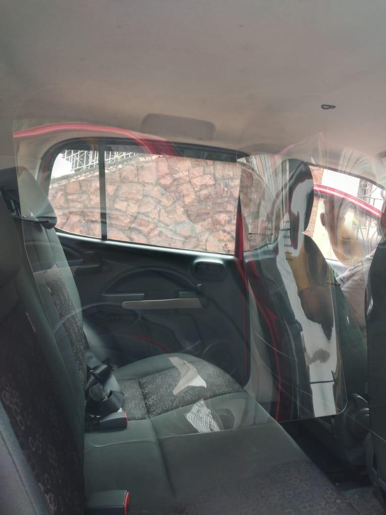 Escudo Protetor Salivar Com Divisória No Banco Traseiro 105x80cm