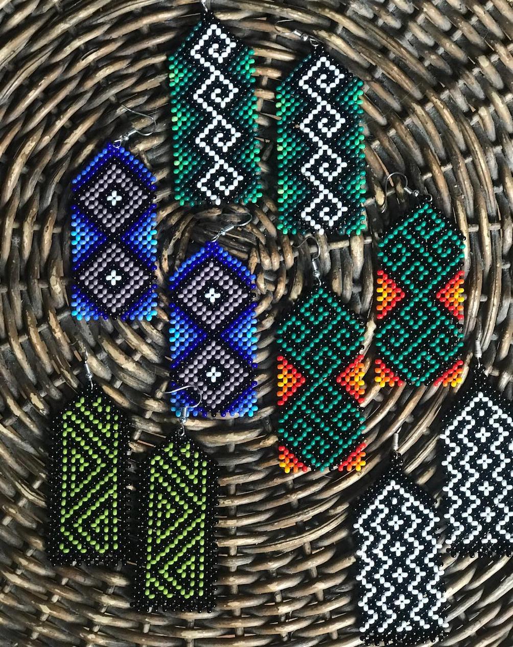 Brinco Indígena Verde, Branco e Preto