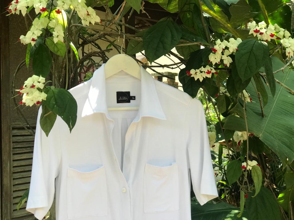 Camisa Branca com Etiqueta em Braille