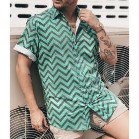 Camisa verde com forma geométrica em preto