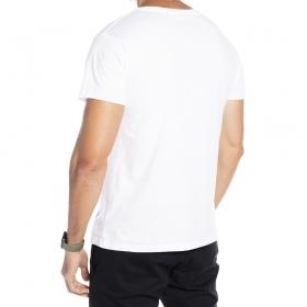 Camiseta branca com estampa caveira com fumaça