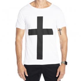 Camiseta branca com estampa de cruz preta