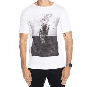 Camiseta branca estampa corpo de mulher