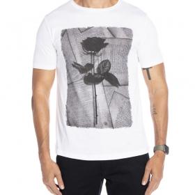 Camiseta branca estampada com flor em jornal