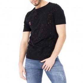 Camiseta preta com respingos neon laranja