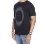 Camiseta Pima preta com circulo branco craquelado