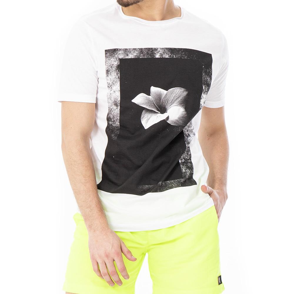 Camiseta branca com estampa de flor emoldurada