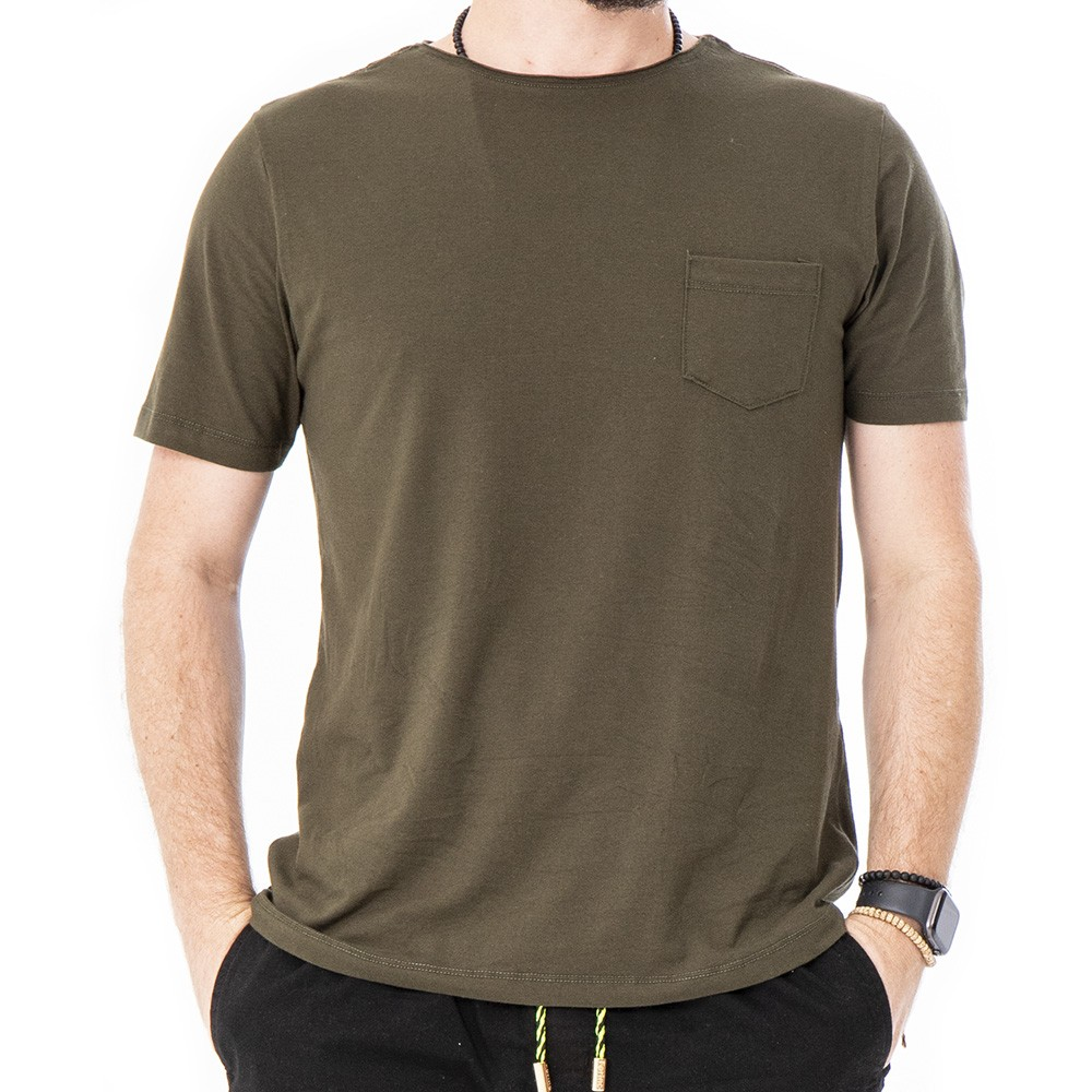 Camiseta verde militar com bolso