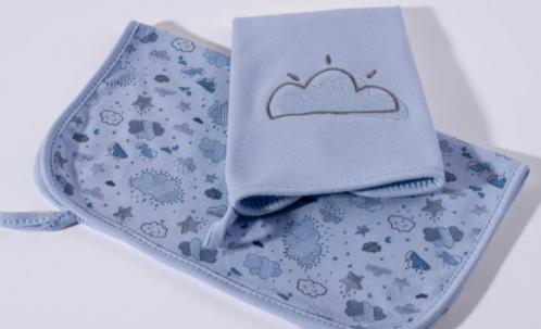 Kit com 2 Babinhas - Névoa Azul - Com  Prendedor de Chupeta - Suedine 100% algodão - Bordado Protegido - Hug