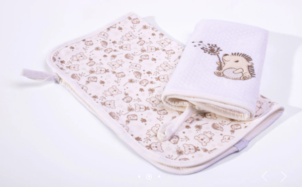 Kit com 2 Babinhas - Sonho Encantado - Matelassê - Com  Prendedor de Chupeta - Suedine 100% algodão - Bordado Protegido - Hug