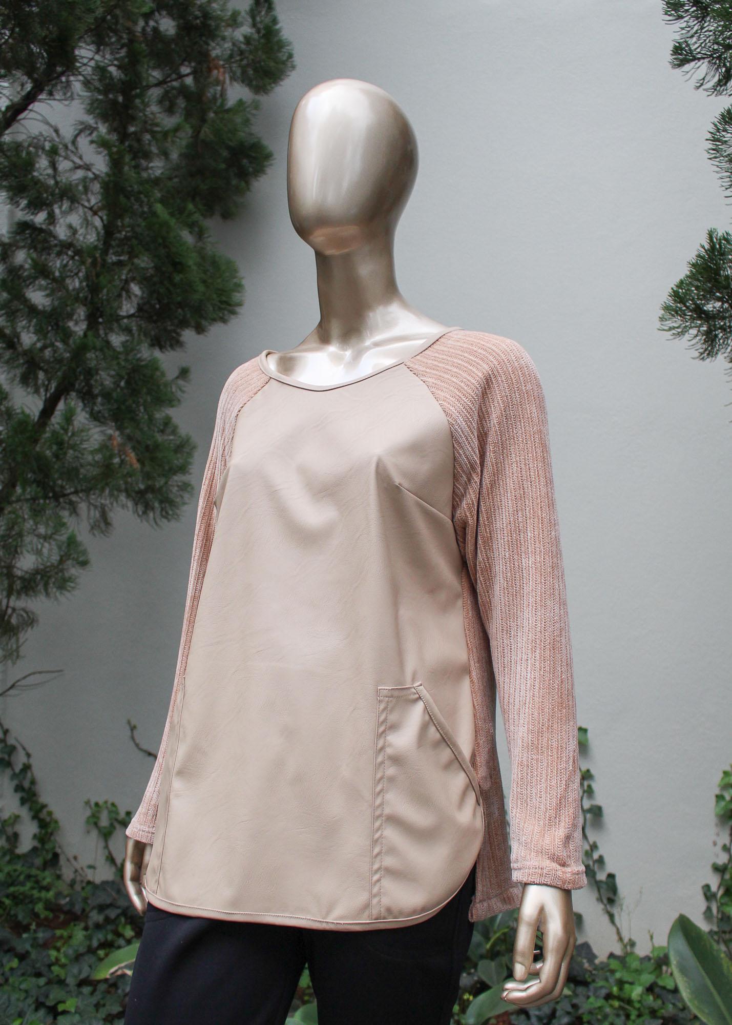 Blusa manga longa com a parte frontal em couro sintético e bolsos.