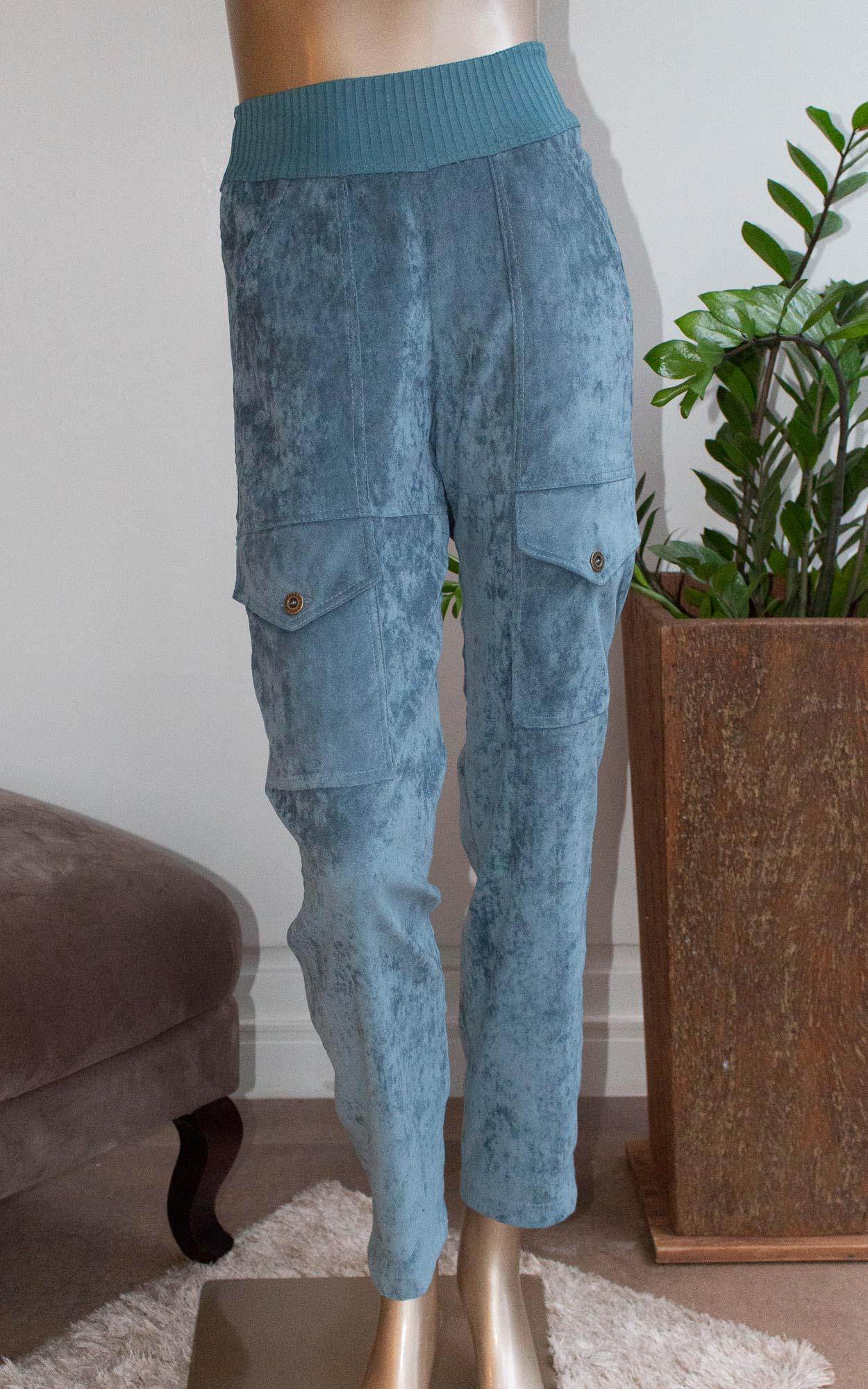 Calça acinturada com detalhes em  bolsos