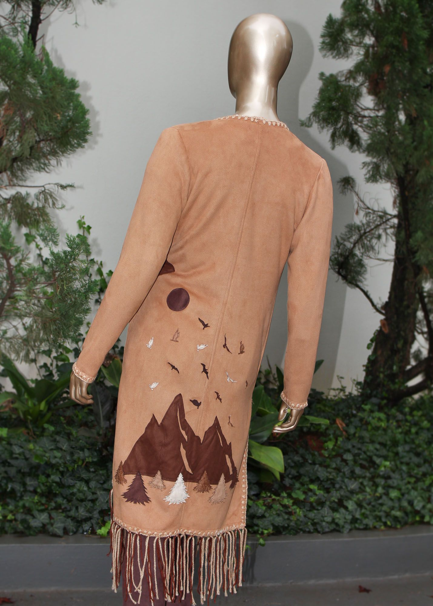 Casaco com detalhes em franjas e bordados