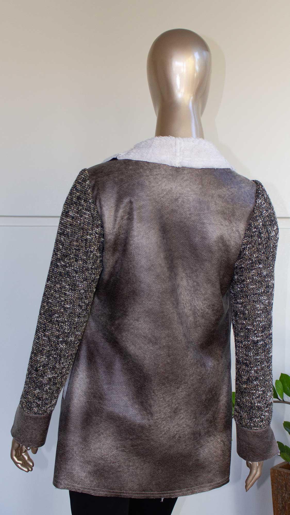 Casaco peluciado com mangas em tricot
