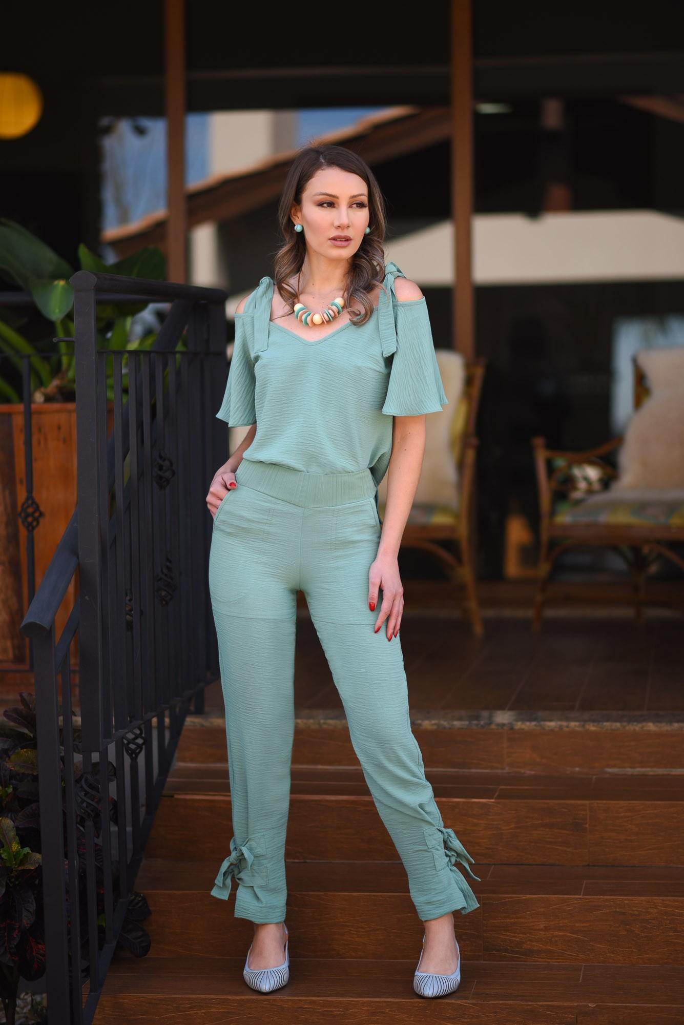 Conjunto calça e blusa com detalhes em amarração